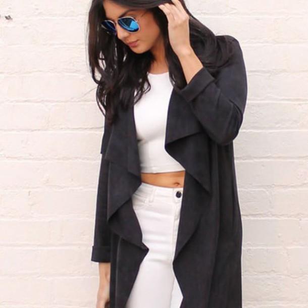 manteau, veste en daim, veste cascade, chaussures bleues, chaussures à lacets.
